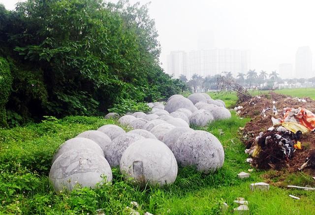Trưa ngày 18/4, những quả bóng xích vẫn án ngữ tại khu vực bãi đất trống.
