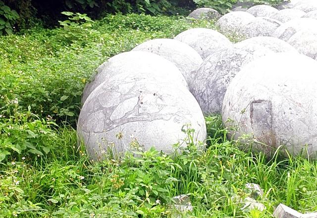 Án ngữ tại đây khoảng nửa năm nên khiến cỏ mọc um tùm che khuất một phần các quả bóng.
