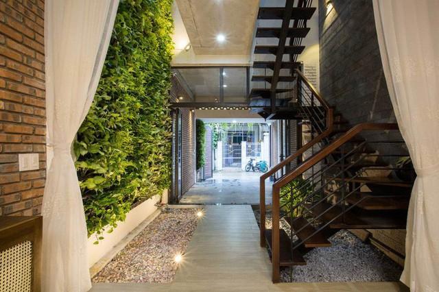 Khoảng đệm giữa gara với phòng khách là góc tường xanh đặc biệt.