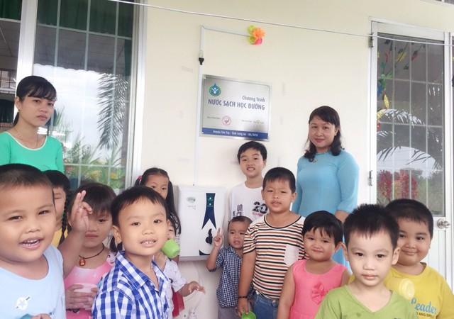 Niềm vui của các em học sinh và giáo viên khi có được nguồn nước uống sạch, đạt chuẩn