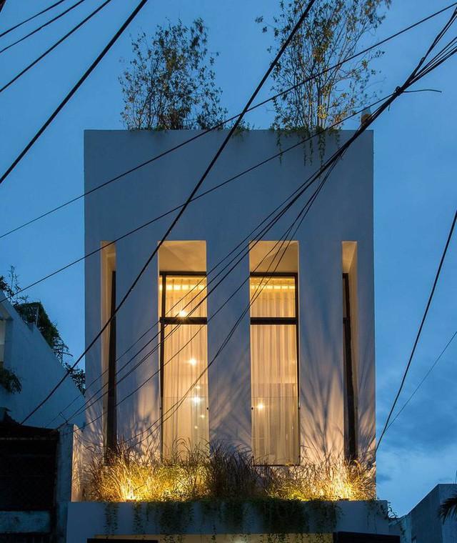 Các ban công đều được trồng cây và nhấn bằng đèn hắt.