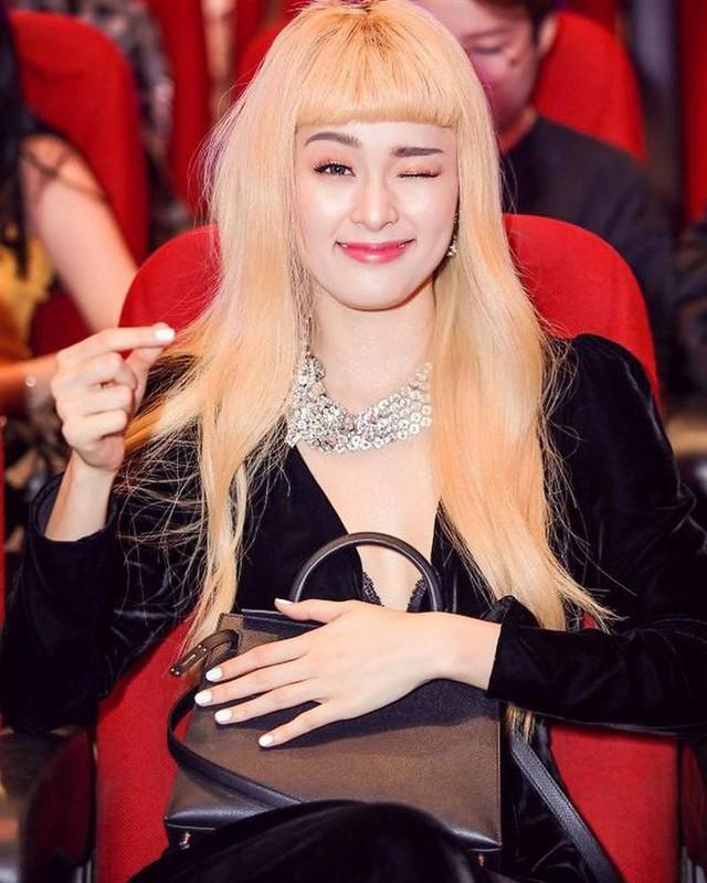 Không dừng ở đó, Hạ Vi từng gây bất ngờ với kiểu ảnh khoe tóc vàng hoe. Cô muốn thể hiện một hình ảnh tươi trẻ, lạc quan nhưng nhiều người hâm mộ cảm thấy không phù hợp.