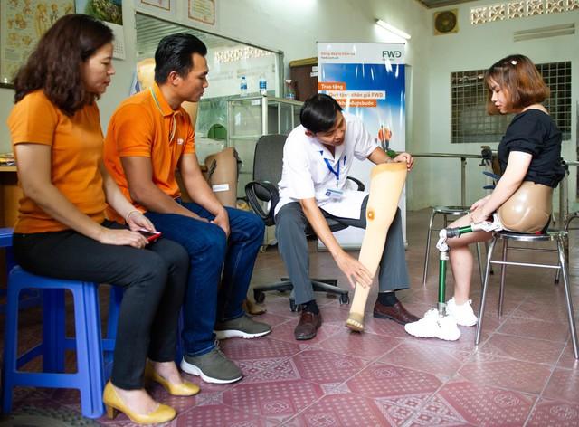Phan Thanh Nhiên cùng đại diện Bảo hiểm FWD đã trực tiếp đến thăm những người đầu tiên được lắp chân giả theo chương trình tại Trung tâm chỉnh hình và phục hồi chức năng TP.HCM.