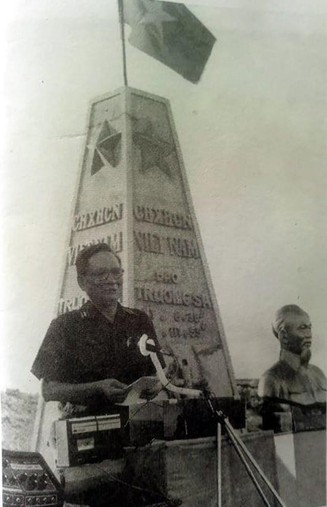 Đại tướng Lê Đức Anh đọc lời thề bảo vệ biển đảo của Tổ Quốc trong lễ kỷ niệm 24 năm Ngày truyền thống Quân chủng Hải quân tại đảo Trường Sa Lớn, ngày 7/5/1988.