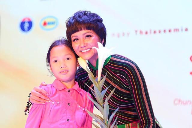 Được biết đến là người đẹp thân thiện, Hoa hậu HHen Niê cho biết rất xúc động khi tham gia Gala, mong muốn truyền đi những thông điệp ý nghĩa để chung tay phòng chống bệnh tan máu bẩm sinh