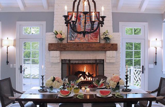 Nếu bạn còn chưa biết thì đèn trang trí cũng giúp cho căn phòng ăn của gia đình trông đầm ấm hơn đó.