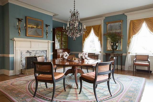 Lò sưởi là một thiết kế khá phổ biến trong thiết kế nội thất của các nước phương Tây và thường được đặt trong phòng khách hoặc phòng ăn.