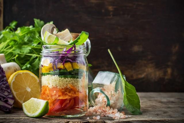 Ăn giảm muối, đường, ăn nhiều rau xanh trái cây để tăng cường sức khỏe, phòng chống bệnh tật. Ảnh minh hoạ