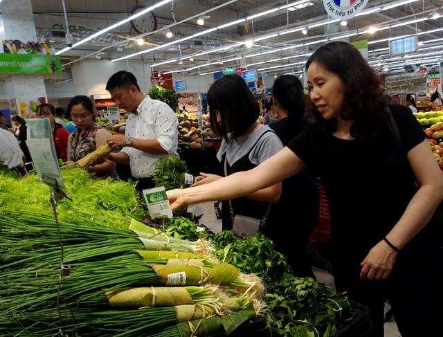 Ghi nhận tại quầy rau thơm thuộc siêu thị Big C Thăng Long sáng ngày 4/4 rất nhiều loại rau thơm, rau củ được bày bán gói bằng lá chuối thay vì màng bọc thực phẩm nilon như trước kia.