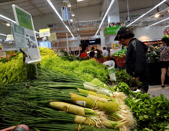 Việc các sản phẩm này gói bằng lá chuối khiến không ít người tiêu dùng cảm thấy bất ngờ và vui mừng.