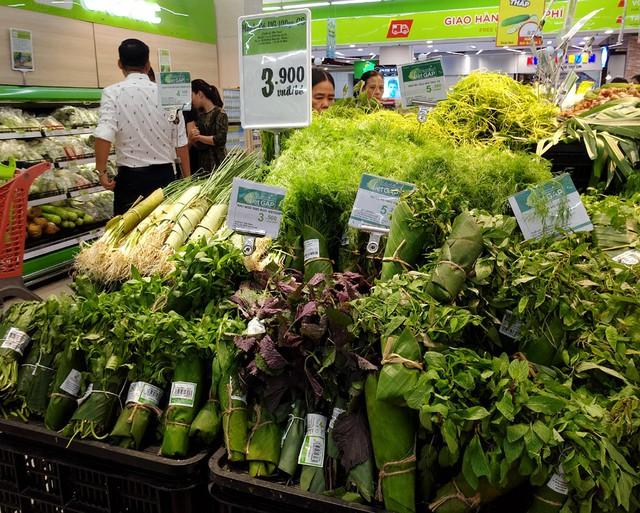 Các loại rau được gói bằng lá chuối như: Hành lá, rau mùi, rau húng, tía tô, măng tây...