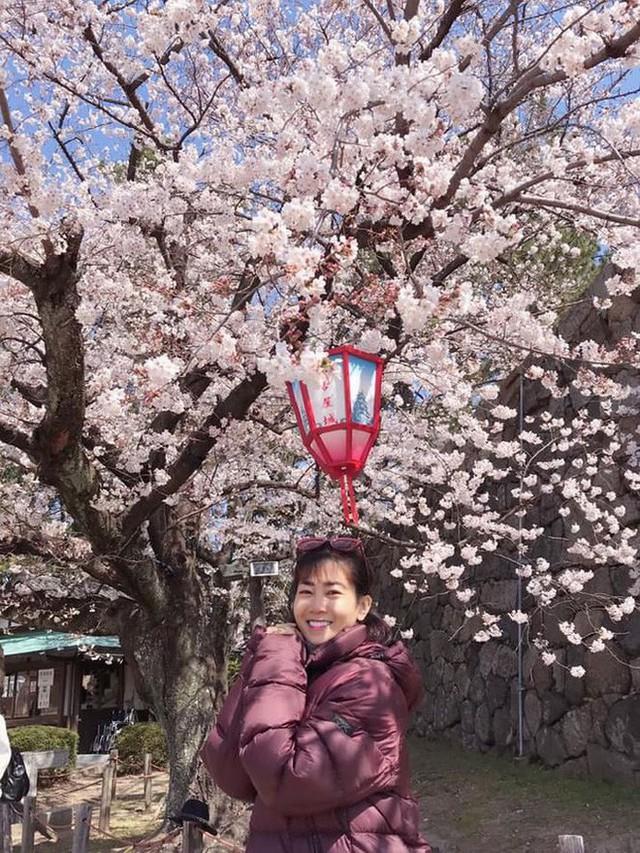Sau khi thông tin nghệ sĩ Lê Bình bị liệt hoàn toàn và sức khỏe có biến chứng ngày càng nguy hiểm, bên cạnh việc lo lắng cho sức khỏe của nam nghệ sĩ, nhiều người hâm mộ cũng tỏ ra quan tâm đến sức khỏe của diễn viên Mai Phương, bởi cô cũng đang điều trị bệnh ung thư phổi tại bệnh viện 175 cùng với nghệ sĩ Lê Bình (Ảnh: FBNV).