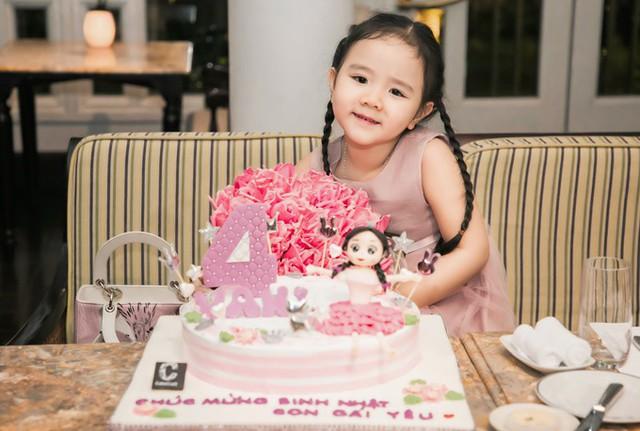 Con gái Trang Nhung vừa tròn 4 tuổi. Cô bé có mái tóc dài, gương mặt giống bố nhưng tính cách điệu đà, lí lắc giống mẹ.