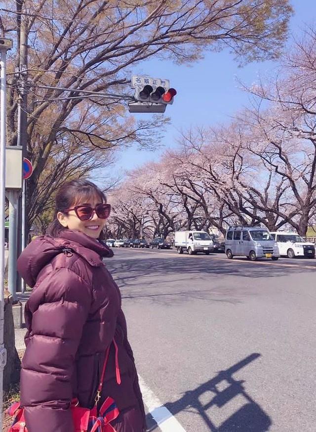 Không để mọi người phải lo lắng, mới đây Mai Phương đã chia sẻ những hình ảnh rạng rỡ trong chuyến du lịch Nhật Bản cùng con gái Lavie trên trang cá nhân và viết: Hành trình đến xứ sở hoa anh đào và tìm bạn mèo máy Doraemon của 2 mẹ con(Ảnh: FBNV)..