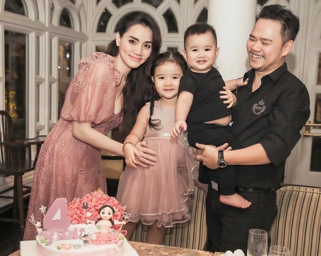 Bé Nam Phong - con trai nữ diễn viên được một tuổi, rất bụ bẫm, cân nặng vượt chuẩn. Cậu bé hớn hở khi được bố bế.