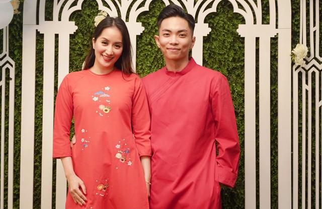 Vợ chồng Khánh Thi - Phan Hiển mặc áo dài ton sur ton dự tiệc chào đón các trọng tài của giải khiêu vũ CK Open International Dancesport Championships 2019 tối qua. Cặp đôi nhờ gia đình trông nom hai con Kubi và Anna để ra Hà Nội công tác.