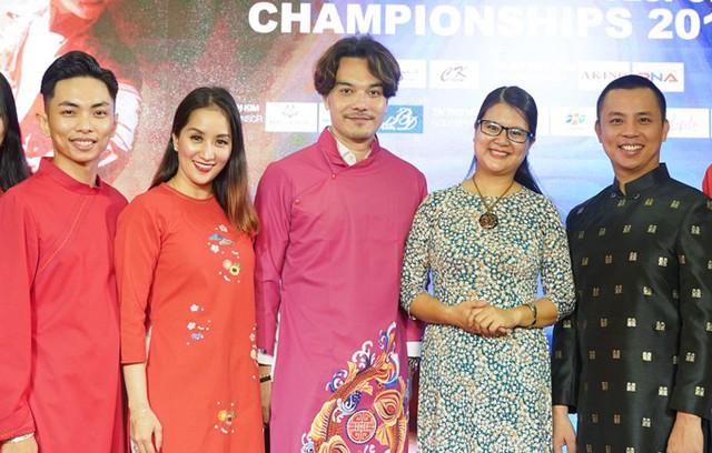 Vợ chồng Khánh Thi - Phan Hiền cùng Chí Anh chụp hình với các vị khách trong chương trình.