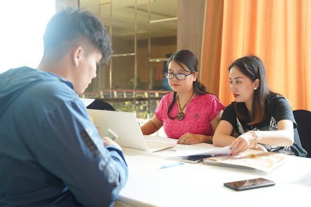 Trước đó vào buổi chiều 5/4, Khánh Thi đến địa điểm diễn ra giải đấu để kiểm tra danh sách thí sinh.