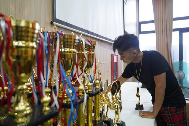 Trong khi đó, ông xã của cô giúp vợ sắp xếp những chiếc cúp và huy chương sẽ trao trong giải đấu.