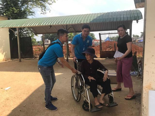 Các tình nguyện viên Bảo Việt Nhân thọ ân cấn đón tiếp người dân nghèo đến khám bệnh
