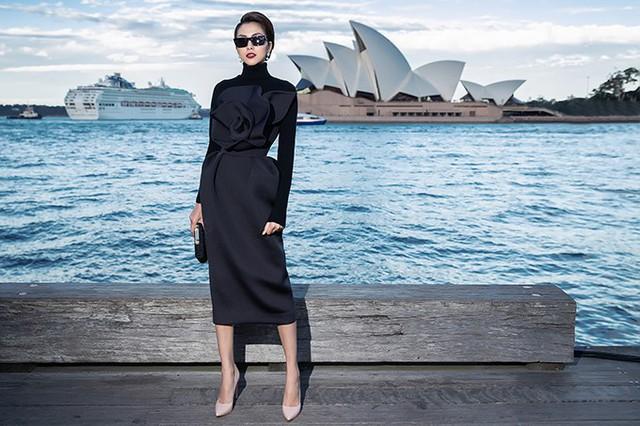 Tăng Thanh Hà diện chiếc váy được tạo phom hoạ tiết hoa 3D to bản ở ngực. Đây cũng là một trong những điểm nhấn được Đỗ Mạnh Cường lăng xê tại show diễn lần này. Phần chân váy được tạo điểm nhấn bởi những đường gấp nhẹ nhàng nhưng vẫn đủ tạo nên sự mới mẻ. Với tiết trời đang vào thu của Sydney có không khí khá lạnh, nữ diễn viên kết hợp thêm áo cổ lọ bên trong với chất liệu co giãn, ôm sát cơ thể.