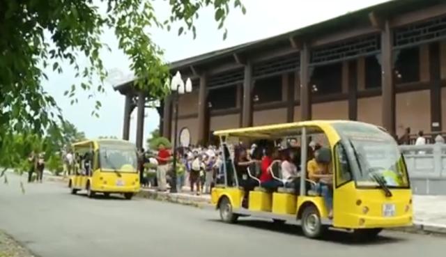 Xe điện phục vụ du khách miễn phí.