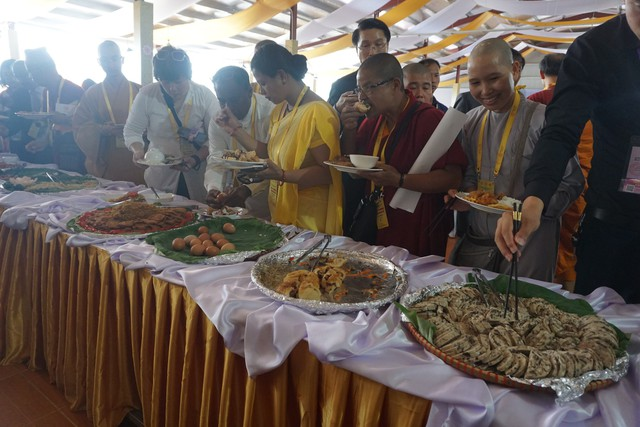 Với các nguyên liệu chế biến món ăn tại đại lễ đều đã được kiểm duyệt vấn đề an toàn thực phẩm một cách gắt gao.