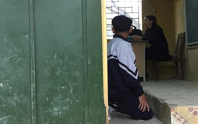 Cô giáo bắt nam sinh quỳ trước bục giảng.