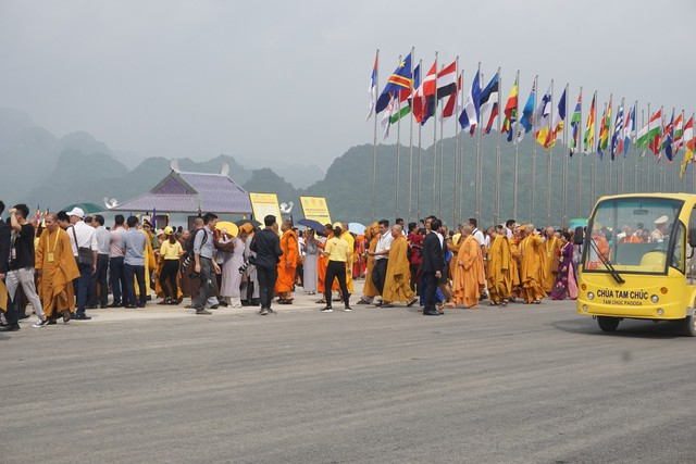 Ngay từ sáng sớm, nhiều người đã đến tham dự đại lễ. Ảnh: Phương Thuận