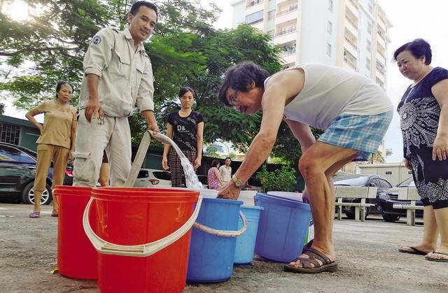 Người dân khu đô thị mới Đại Kim từng khốn đốn vì mất nước sạch kéo dài. Ảnh: Lê Bảo
