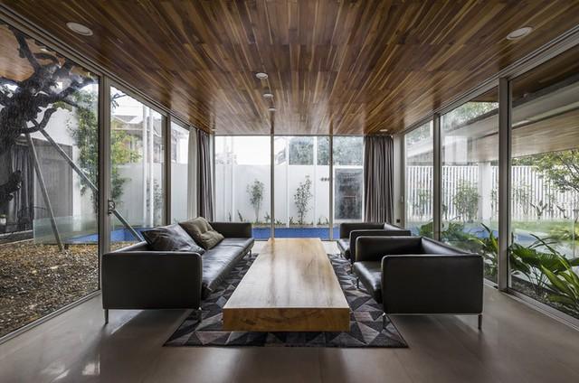 Các không gian chức năng ở tầng một hầu như dùng kính ngăn cách, tạo cảm giác mở rộng liên tục từ trong nhà ra sân vườn và hồ bơi bên ngoài.