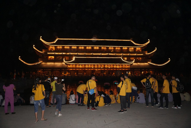 Trung tâm hội nghị Tam Chúc vào buổi tối vẫn thu hút nhiều bạn trẻ. ảnh PT