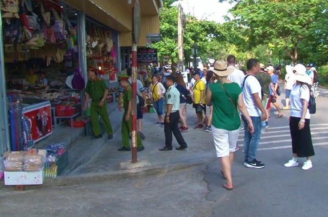 Công an giám sát các cửa hàng ven chùa Thiên Mụ.