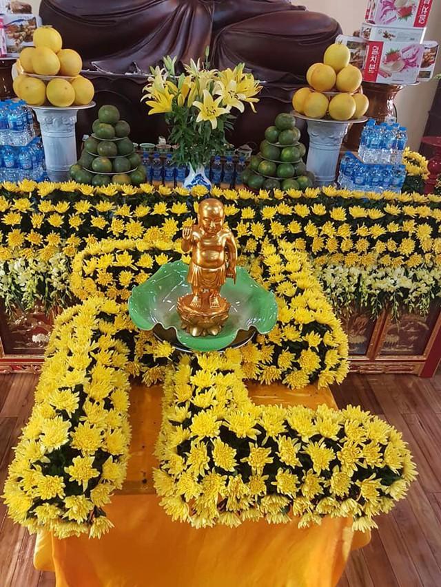 Đàn lễ tắm Phật ở chùa Thiên Niên.