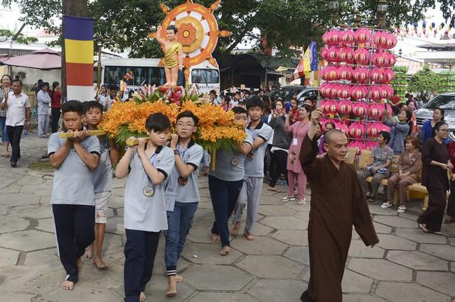Lễ rước Phật ở chùa Hoằng Pháp.