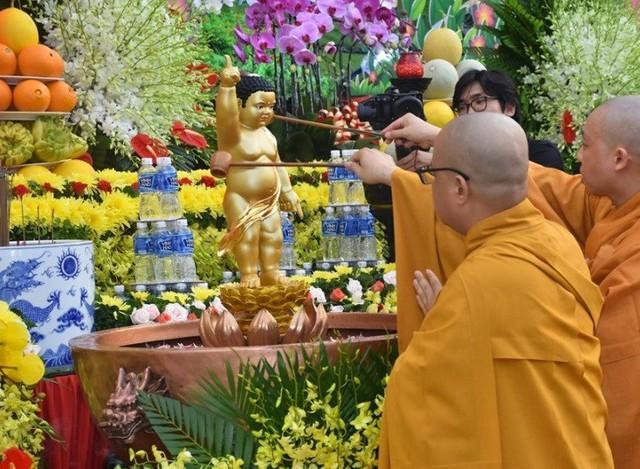 Lễ tắm Phật ở chùa Việt Nam Quốc tự (TP Hồ Chí Minh)