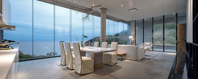 Không gian ăn uống nhìn trọn vẻ đẹp bên ngoài.