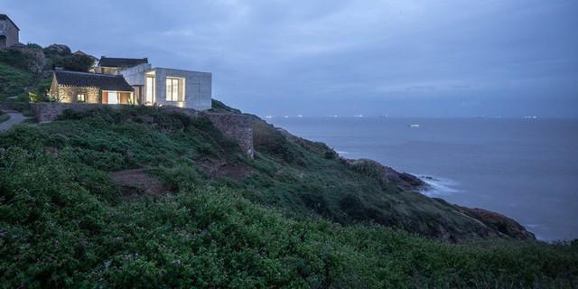Từ trong nhà có thể ngắm trọn vẹn vẻ đẹp của biển trời mênh mông.
