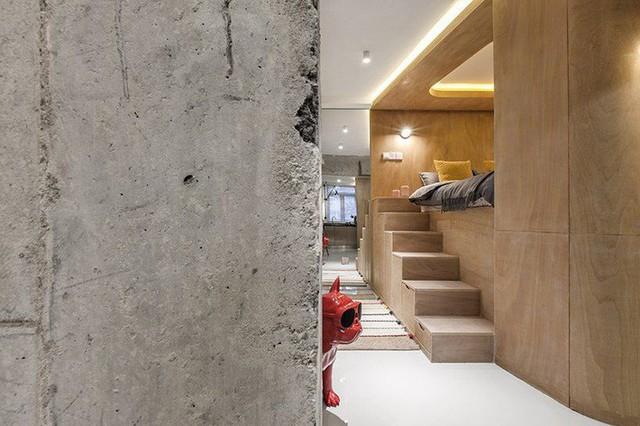 Hộp ngủ có một cầu thang và rất nhiều kho lưu trữ ẩn cùng với ánh sáng bao phủ đẹp mắt với màu sắc ấm áp bên trong.