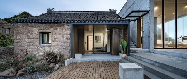 Nhà nhỏ hơn được giữ lại để thiết kế thêm không gian sinh hoạt.