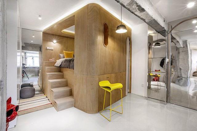 Gương lớn được đặt một cách chiến lược khắp căn hộ, phản chiếu không gian và tạo ấn tượng về sự cởi mở.