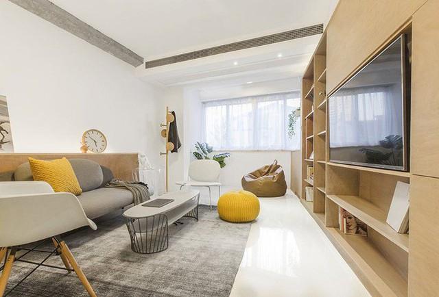 Trong phòng khách, màu xám của tấm thảm khu vực và ghế sofa phù hợp với màu xám của dầm và cột tiếp xúc.