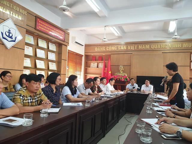 Hiệu trưởng trường Tiểu học Quán Toan báo cáo sự việc tại cuộc họp với UBTP ngày 16/5