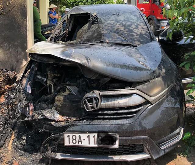 Nắng nóng đỉnh điểm,ô tô tiền tỷ bỗng dưng bốc cháy ngùn ngụt - Ảnh 1.