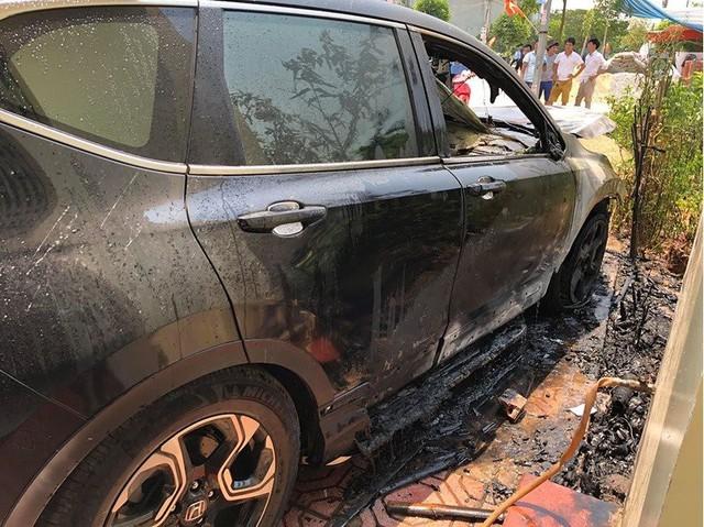 Nắng nóng đỉnh điểm,ô tô tiền tỷ bỗng dưng bốc cháy ngùn ngụt - Ảnh 4.
