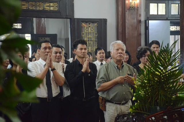 Nghệ sĩ Xuân Bắc cùng đồng nghiệp tại Nhà hát kịch Việt Nam đến viếng.