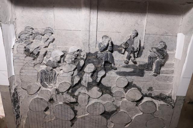 Đây là tác phẩm Bác Hồ thăm Sư đoàn 308 tại Đền Hùng (Phú Thọ), tháng 9/1954 do nghệ nhân Triệu Hoàng Giang đang thực hiện dang dở.