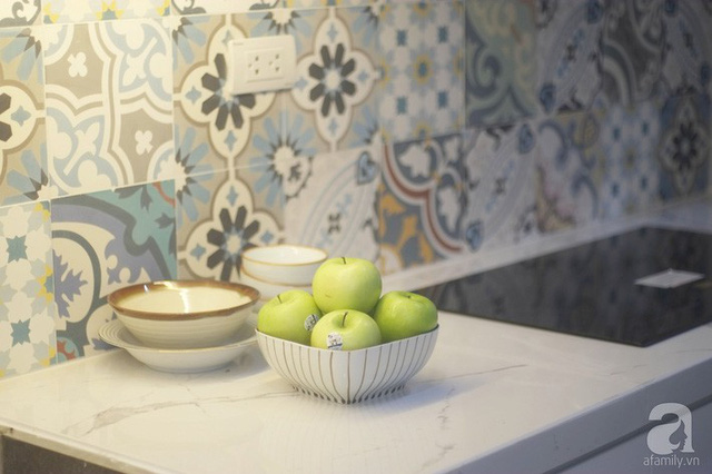 Bàn bếp màu trắng với đá nhân tạo.