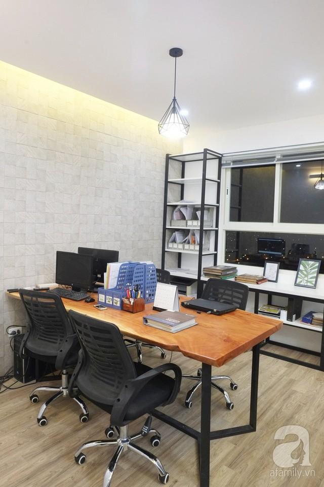Phòng làm việc hiện đại cạnh phòng khách.