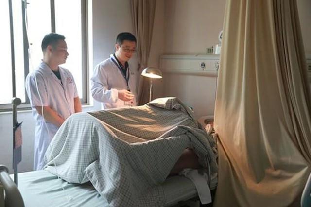 Người đàn ông say rượu ở Trung Quốc bị cắt của quý khi ngủ ngoài đường